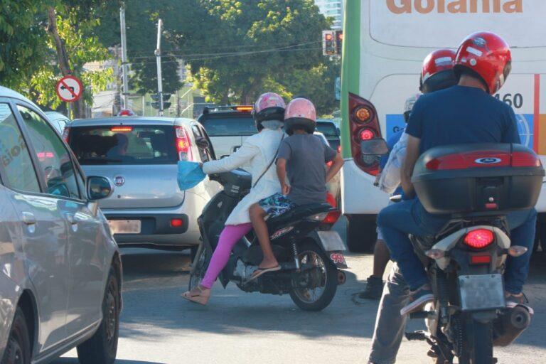 Novas regras de trânsito proíbem crianças menores de 10 anos em garupa | Foto: Paulo José